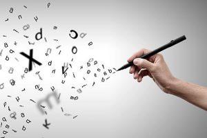 Un stylo à la main, des lettres s'envolent